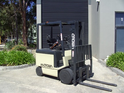 Crown 3 Stage Container Mast 2.5 Tonne Electric Forklift