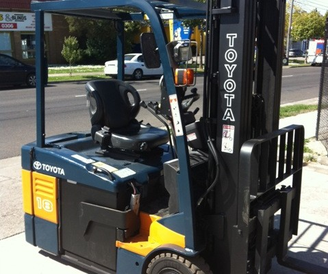 Toyota 1.8 tonne electric forklift 7FBE18 front view