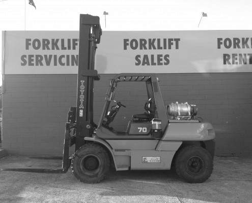 Toyota 7 tonne lpg forklift side view orange and grey