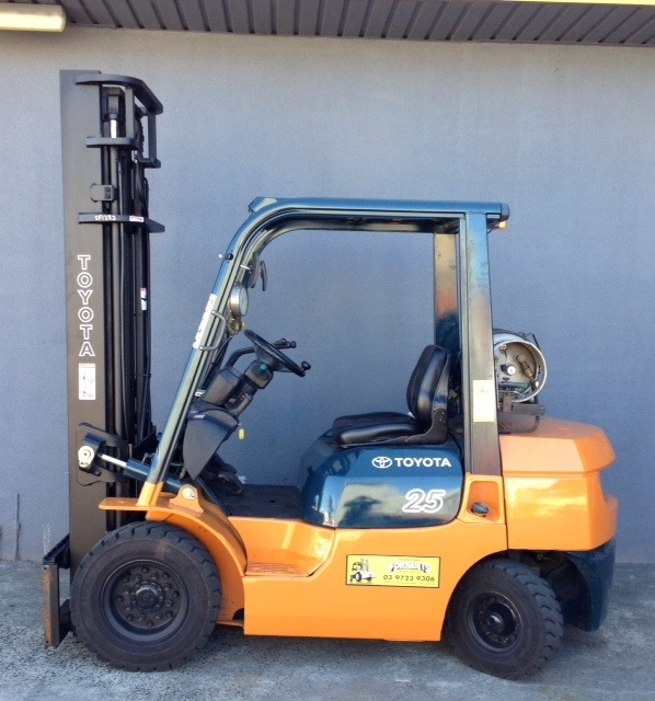 Toyota 2.5 tonne lpg 7 series forklift side view 7FG25