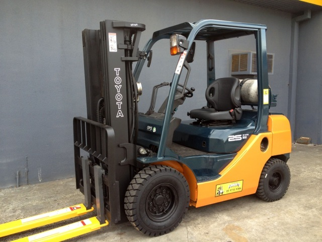Toyota 8FG25 used LPG forklift with extension tynes