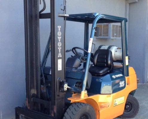 Toyota 2.5 tonne lpg 7 series forklift front view