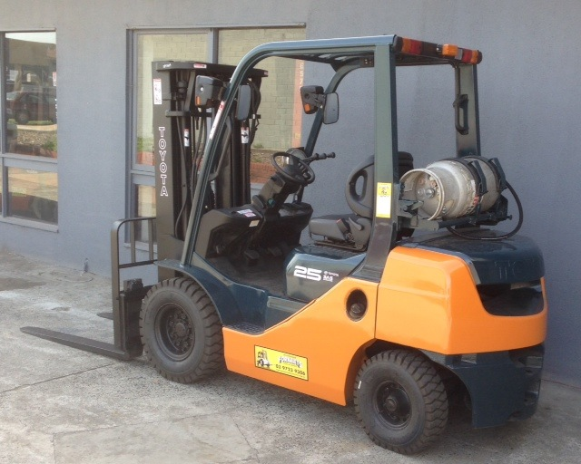 Toyota 8FG25 used LPG forklift rear view