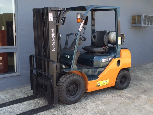 Toyota 8FG25 used LPG forklift front view