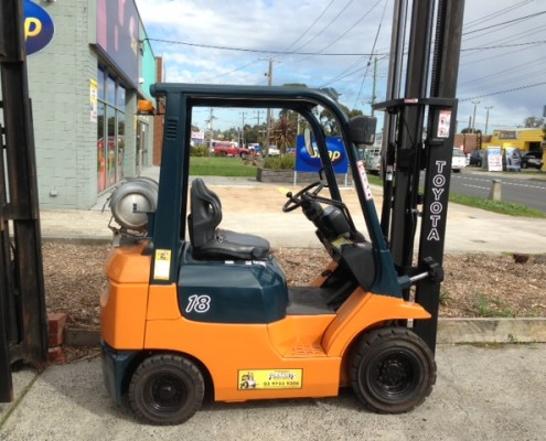 1-greyscale.8 tonne toyota forklift side